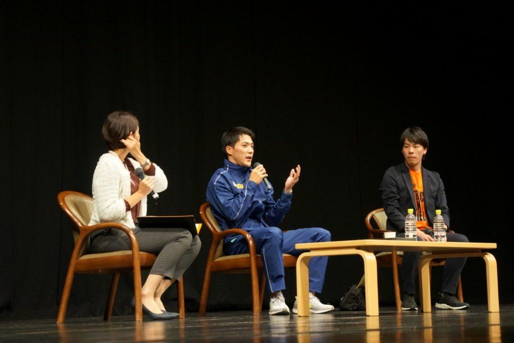 地元の学生の質問に回答する山縣亮太選手(中央)、主催者の木村慎太郎さん(右)