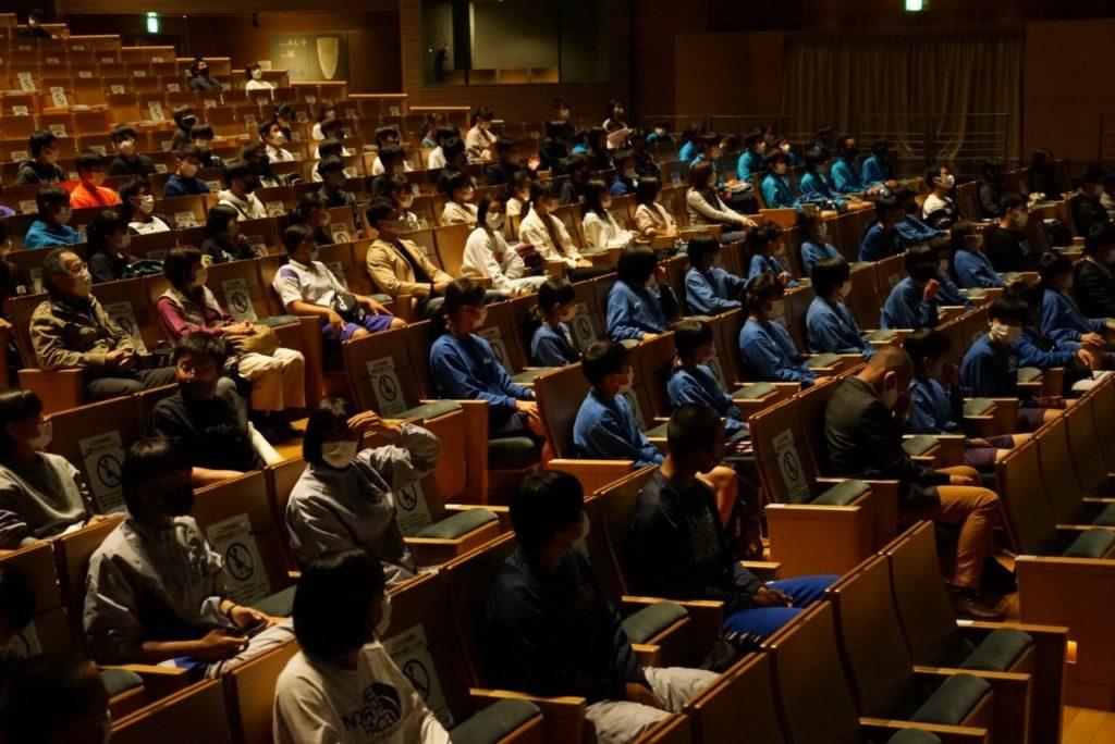 参加した約100名の地元学生ら